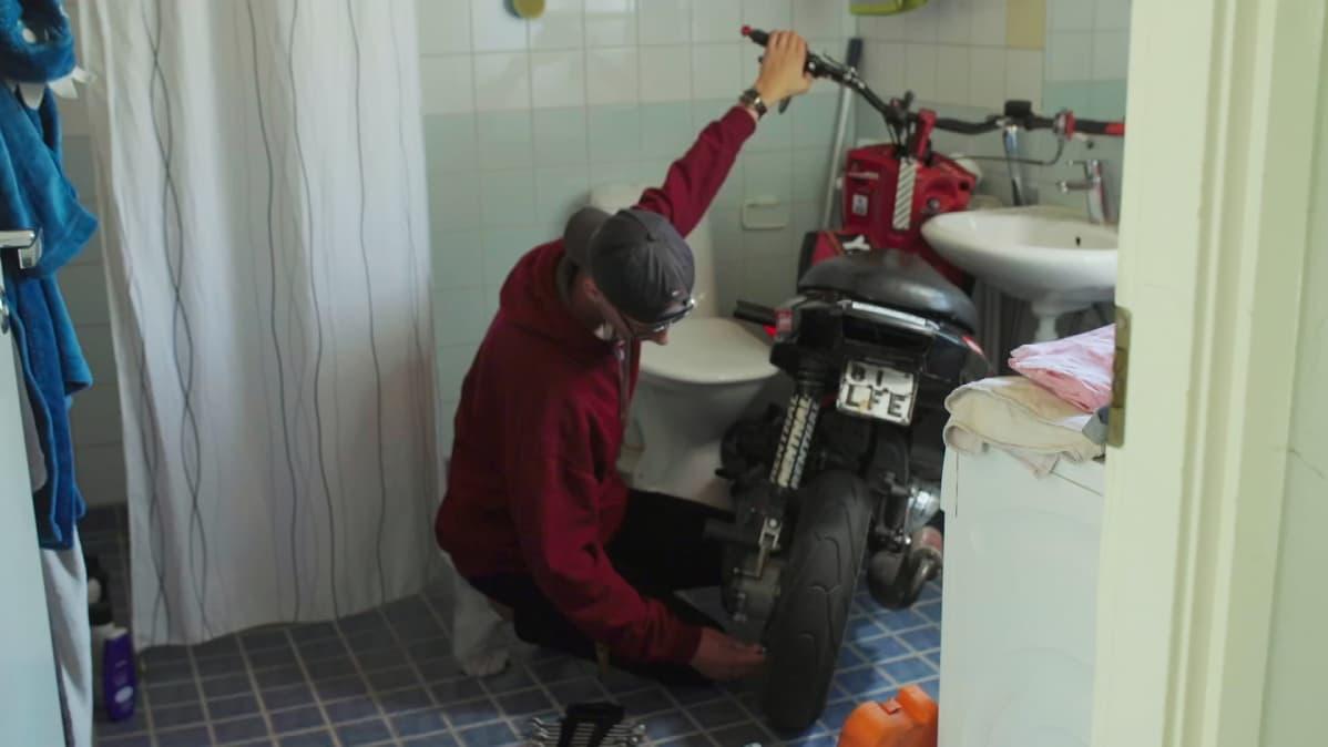 Eeli Tanskanen on opetellut purkamaan ja kokoamaan moponsa itse. Hän laittelee mopoaan yleensä kylpyhuoneessa, sillä sieltä sotkut on helppo siivota.