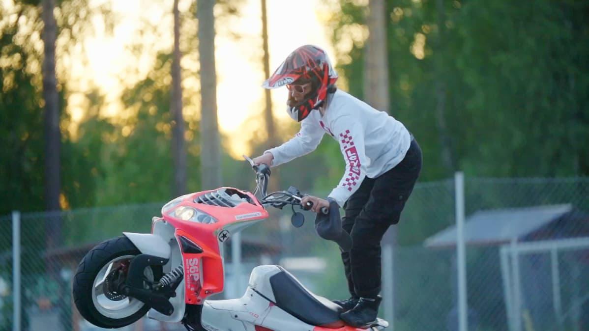 Motocrossia harrastanut Ossi Kyllönen taitaa circlen. Hänelle mopolla stunttaileminen on harrastus, jossa voi kehittyä ja päästä pitkälle.