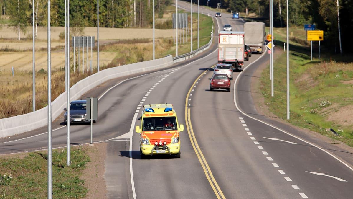 Ambulanssi ajaa valtatiellä 15.