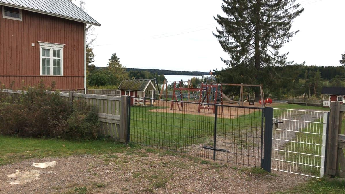 Lasten leikkipaikka päivähoitopaikan pihalla.