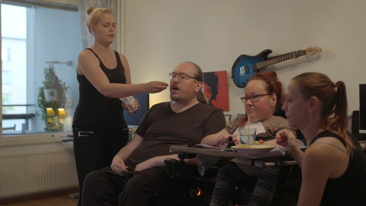 Raila ja Miika Riikosella on yhteensä seitsemän vakituista avustajaa. Jannina Tallberg (vas.) on pariskunnan apuna myös seksissä.