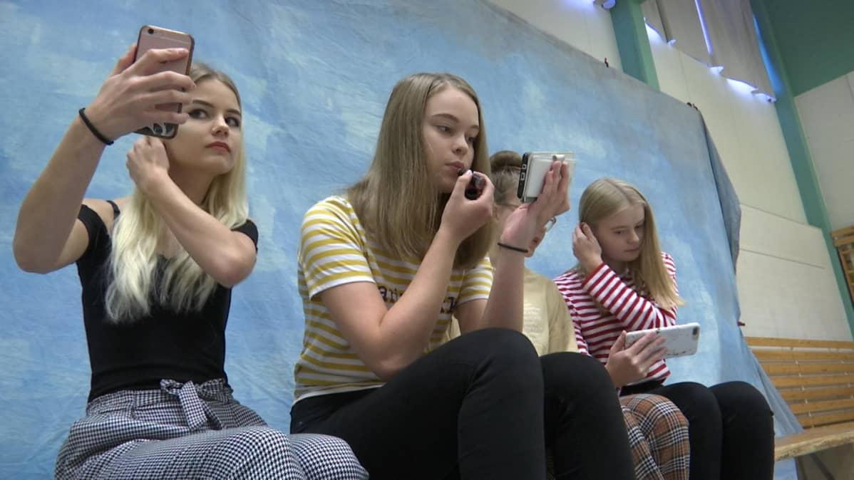 Viimeiset fiksaukset ja kuvaan. Onneksi peili on nykyään aina mukana. Anna-Sofia Saukkosen (vasemmalla) mielestä koulukuvaus on ihan eri asia kuin selfien ottaminen.