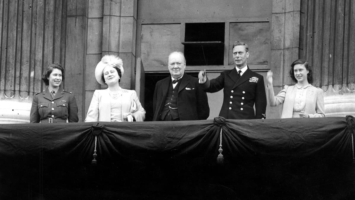Prinsessa Elizabeth, Kuningatar Elizabeth, Winston Churchill, Kuningas George VI and Prinsessa Margaret Buckinghamin palatsin parvekkeella vuonna 1945.
