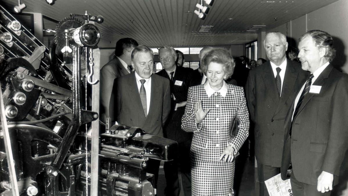 Margaret Thatcher vierailulla englantilaisten sanomalehtien painotalossa vuonna 1989.