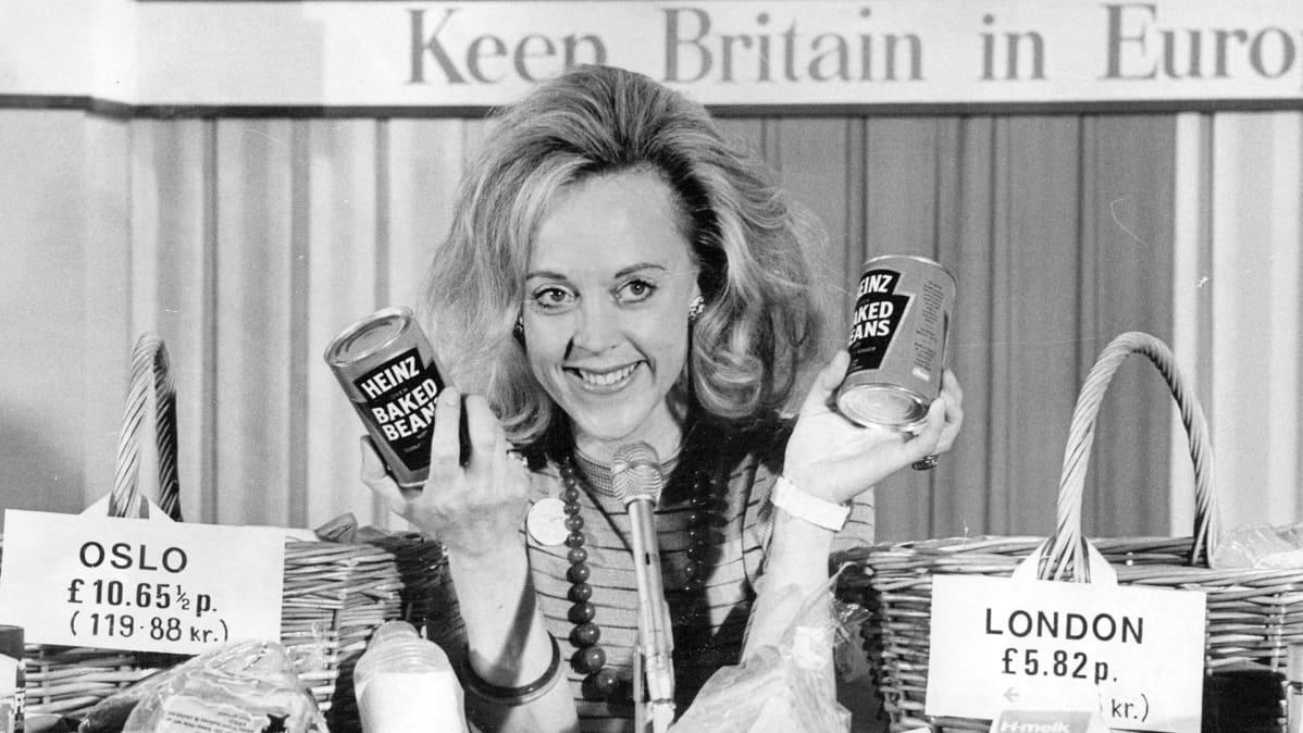 Vicki Crankshaw esittelee papusäilykkeitä ja niiden hintoja todistaakseen kuinka ruoka on kalliimpaa EU:n ulkopuolella