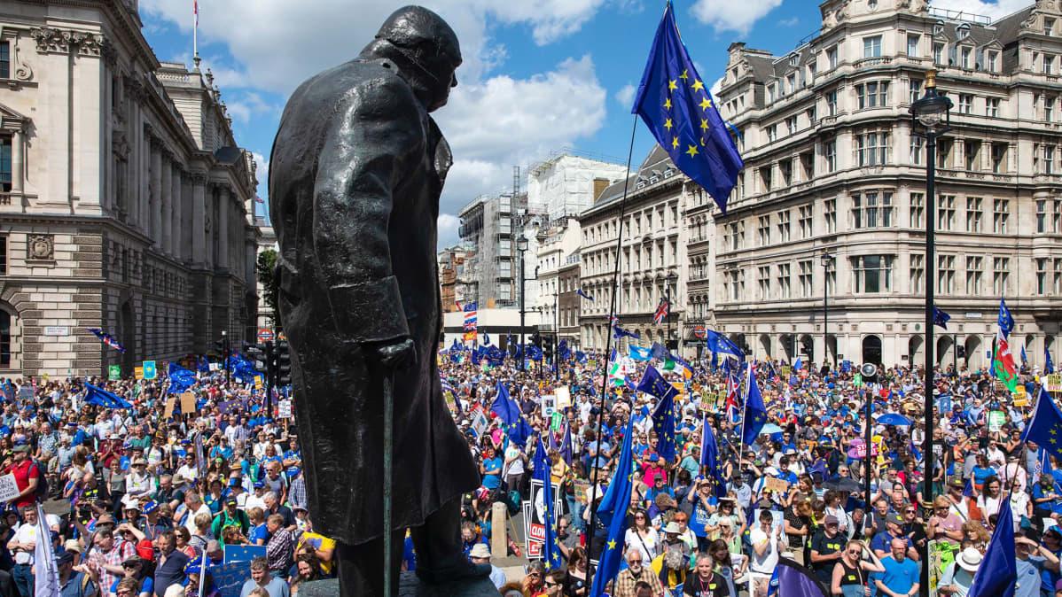 Brexitin vastainen mielenosoitus Winston Churchillin patsaan tuntumassa heinäkuussa tänä vuonna.