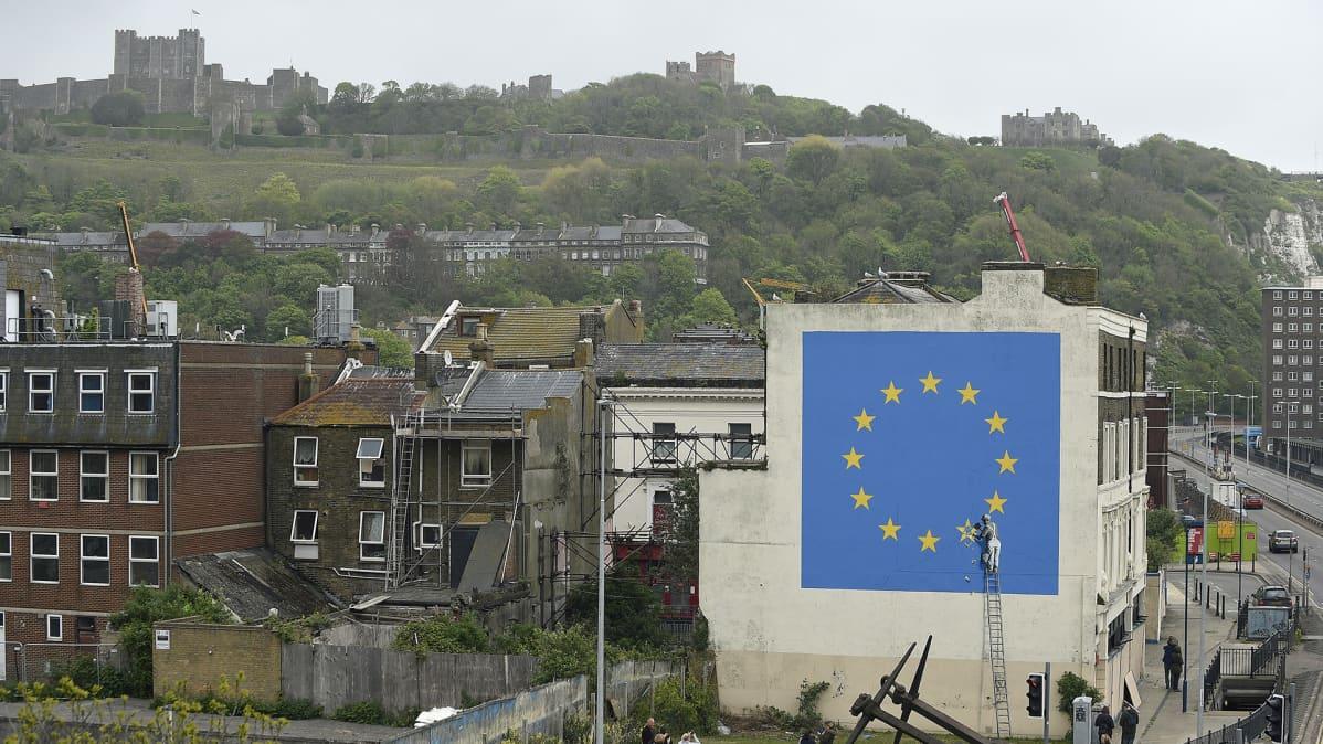 Taiteilija Banksyn Brexit-aiheinen muraali Doverissa.