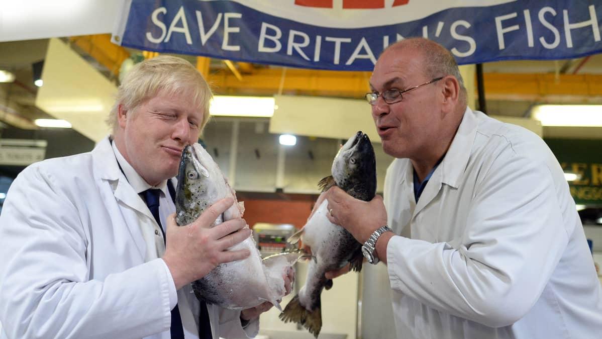 Boris Johnson pelleilee kalatiskillä.