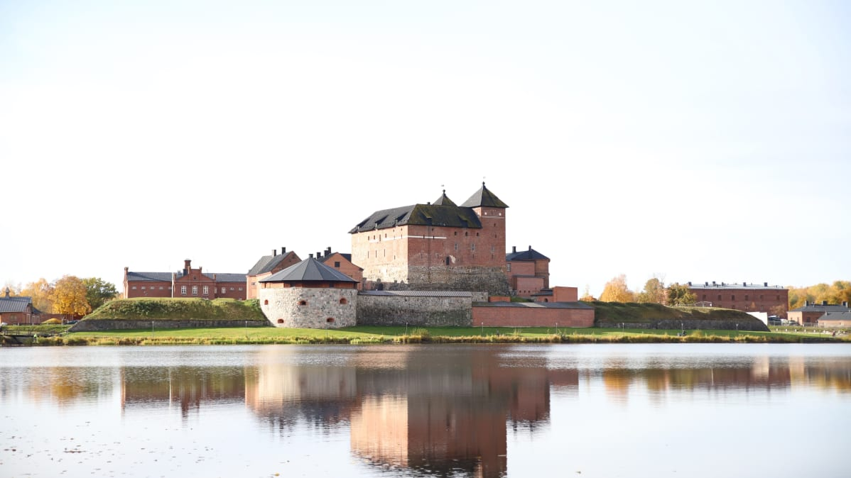 Hämeen keskiaikainen linna kuvastuu Vanajaveteen.
