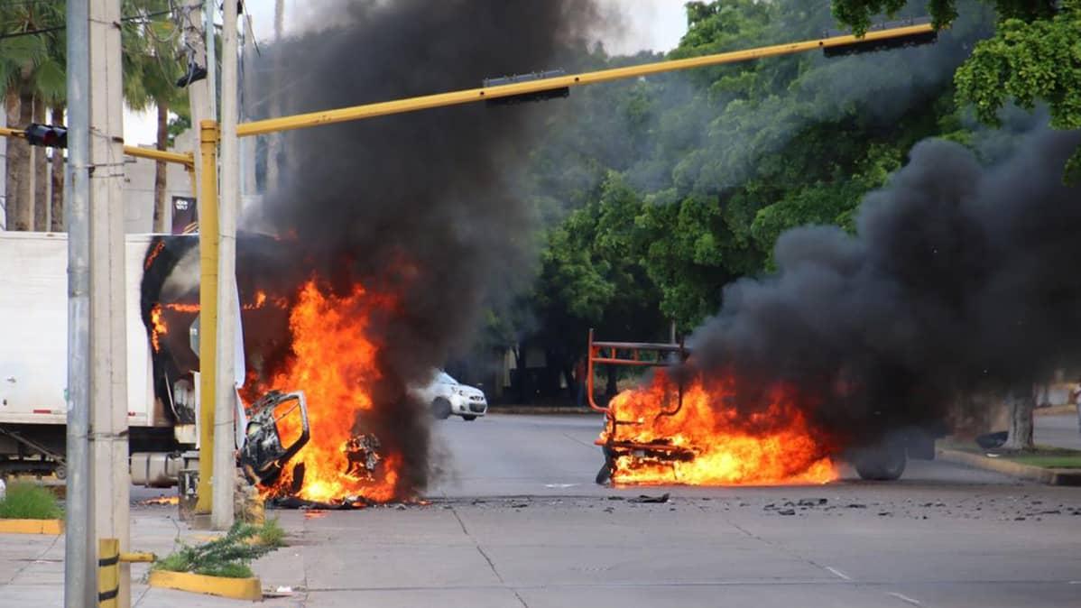 Autot paloivat Culiacánissa torstaina 17. lokakuuta aseistautuneiden miesten riehuttua kaduilla Sinaloassa Meksikossa.