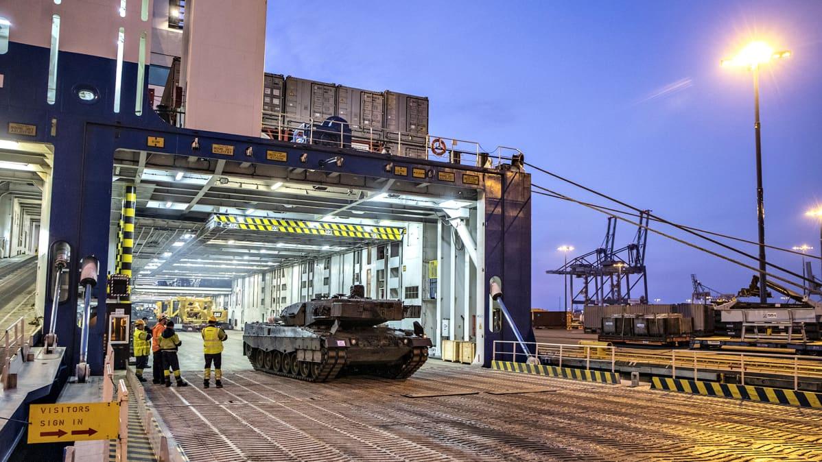 Leopard 2A6 -taistelupanssarivaunujen viimeinen erä Hollannista saapui Vuosaaren satamaan perjantaina 25. lokakuuta 2019.