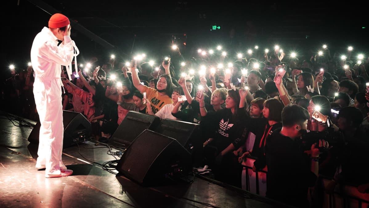 Pop-laulaja lavalla.