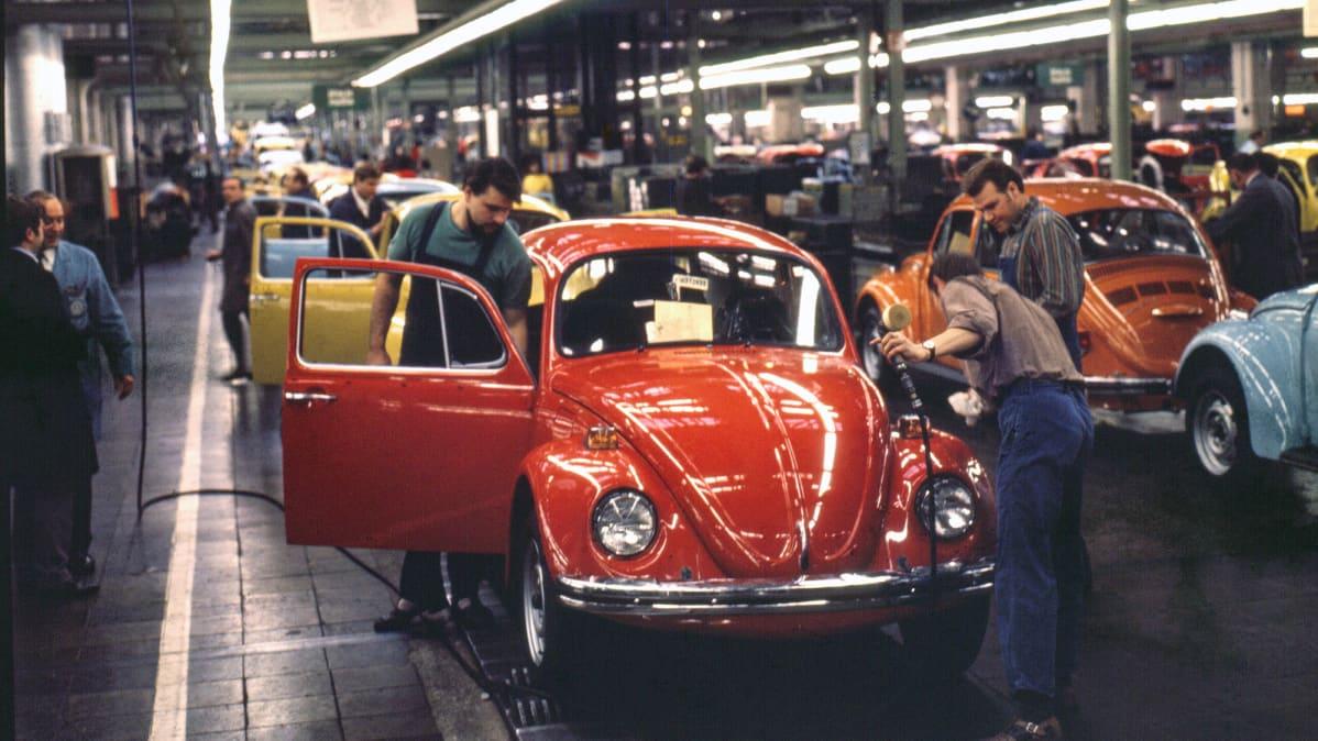 Wolksvagenin autotehdas Wolfsburgissa Saksassa vuonna 1972.