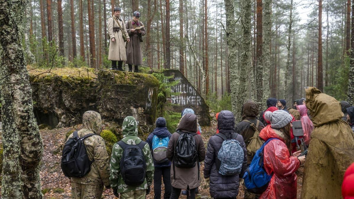 Pietarilaisnuoria viedään retkille Mannerheim-linjalle.
