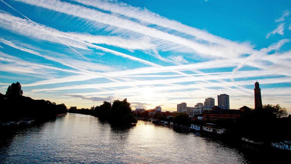 Lentokoneiden päästövanoja taivaalla.