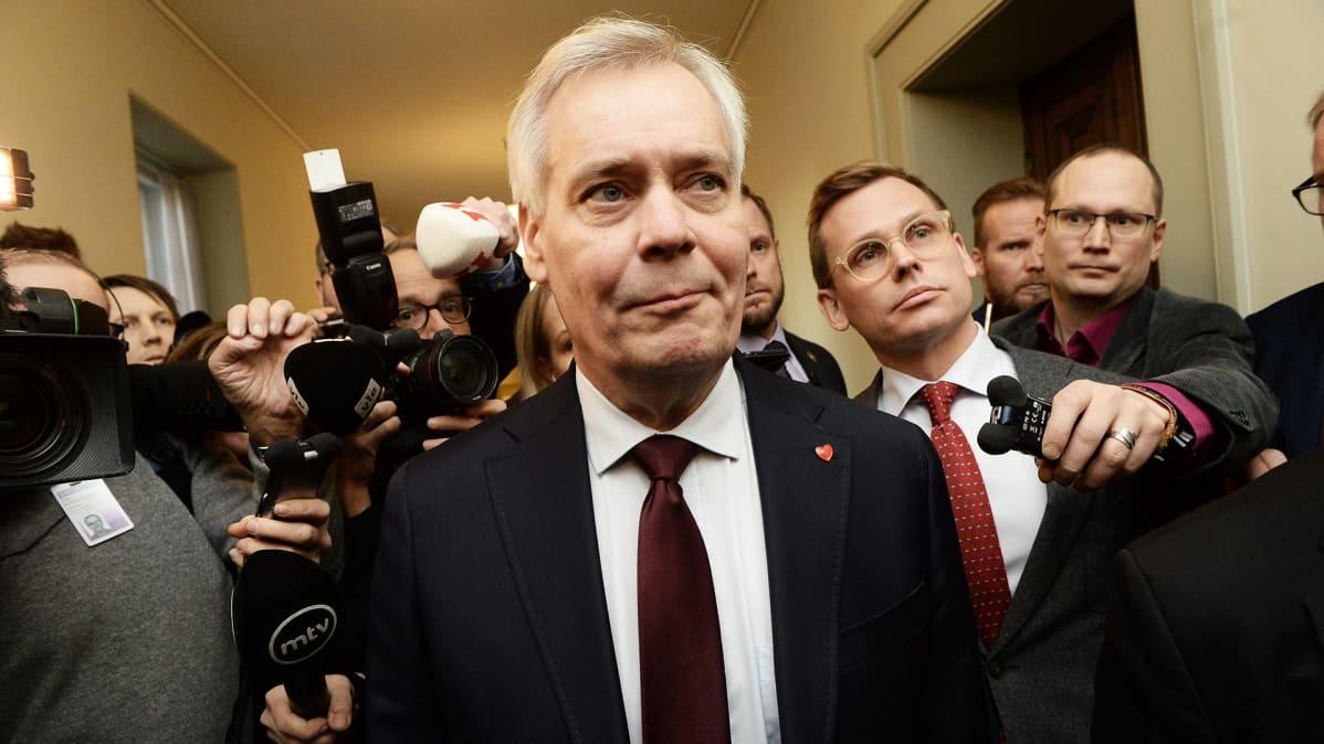 Pääministeri Antti Rinne saapuu eduskuntaryhmän kokoukseen keskustelemaan hänen luottamuksestaan.