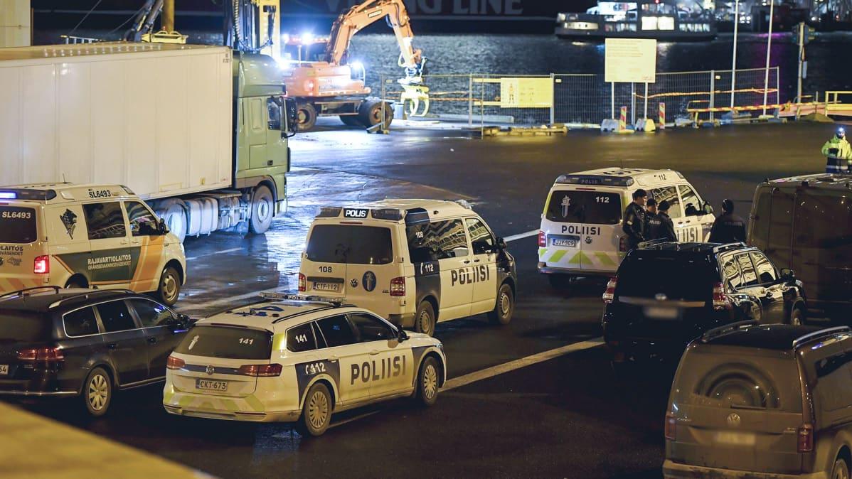 Poliisiautoja Olympiaterminaalissa Helsingin Eteläsatamassa 16. joulukuuta.