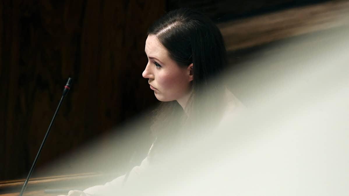 Pääministeri Sanna Marin eduskunnan täysistunnossa Helsingissä 17. joulukuuta. Hallitus vastasi täysistunnossa opposition välikysymykseen al-Holin leirillä olevien Suomen kansalaisten tai Suomesta sinne päätyneiden Isis-perheiden kotiuttamisesta ja toimien asianmukaisuudesta.