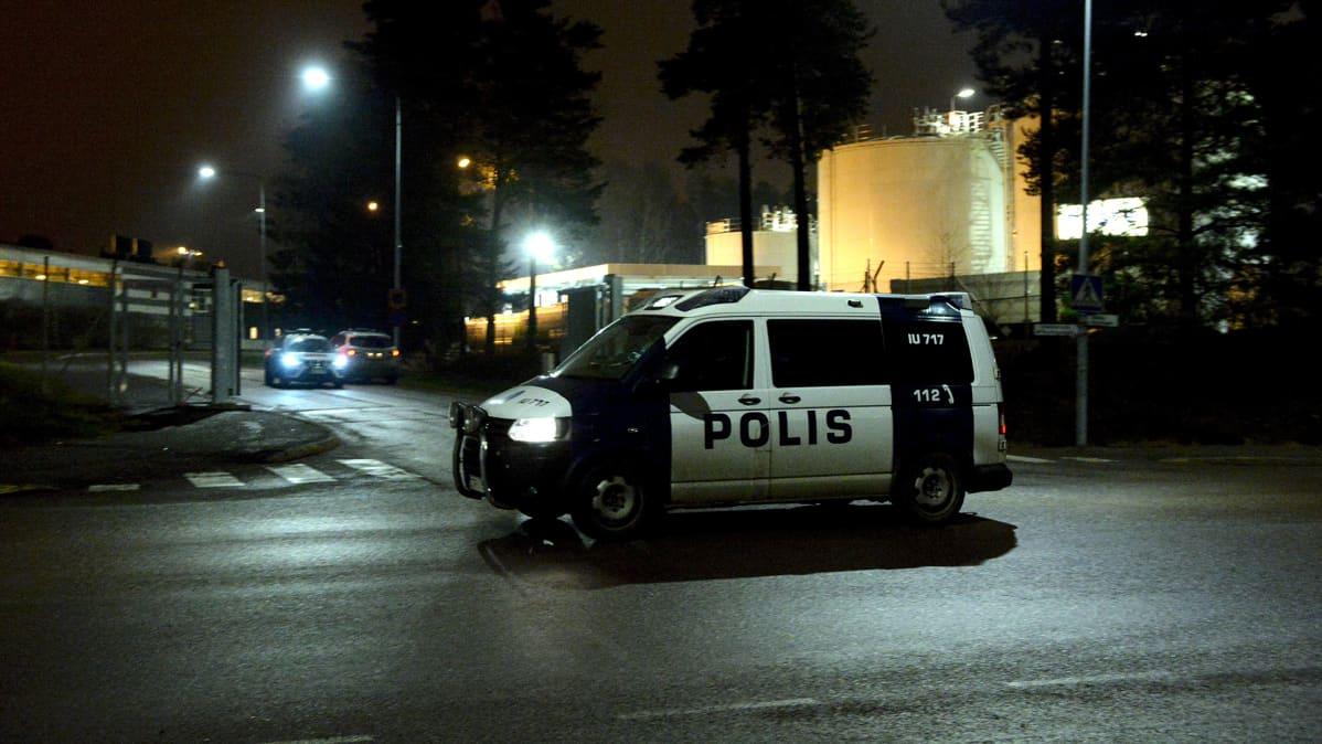 Poliisiauto Helsinki-Vantaan lentokentän liikelentoterminaalilla Vantaalla illalla 21. joulukuuta.