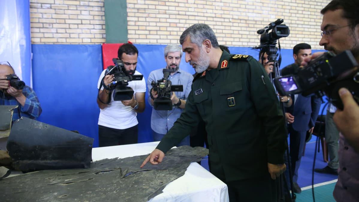 Iranin vallankumouskaartin ilmavoimien komentaja Amir Ali Hajizadeh esitteli lehdistölle Yhdysvaltain lennokin palasia Teheranissa 21. kesäkuuta 2019. Tiedustelulennokki oli tuolloin ammuttu alas loukatessaan Iranin ilmatilaa.