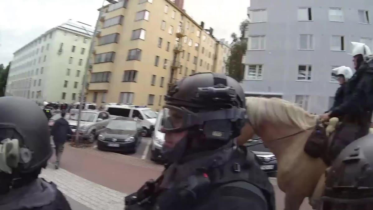 Videoposteri poliisin haalarikamerakuvasta