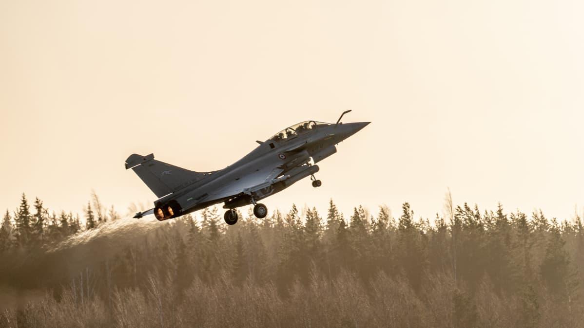 Ranskalainen Dassault Rafale nousee Pirkkalan lentokentältä.