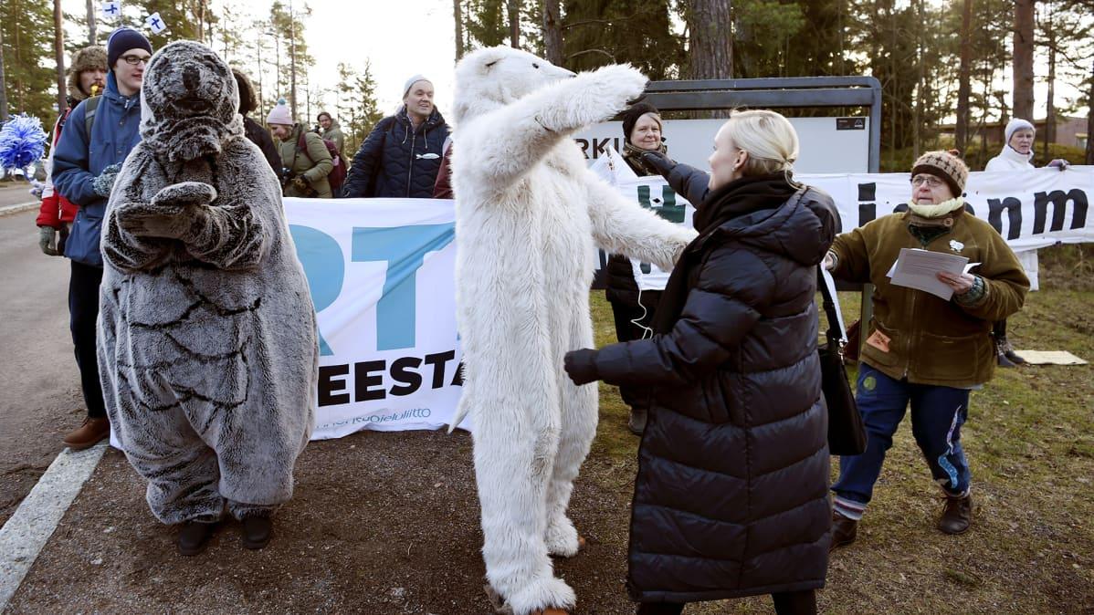 sisäministeri Maria Ohisalo tervehti Elokapinan aktivisteja, jotka osoittivat mieltään 3. helmikuuta 2020 Helsingissä Vuosaaren Hotel Rantapuistolla, jossa hallituspuolueet kokoontuivat yhteiseen ilmastokokoukseen.
