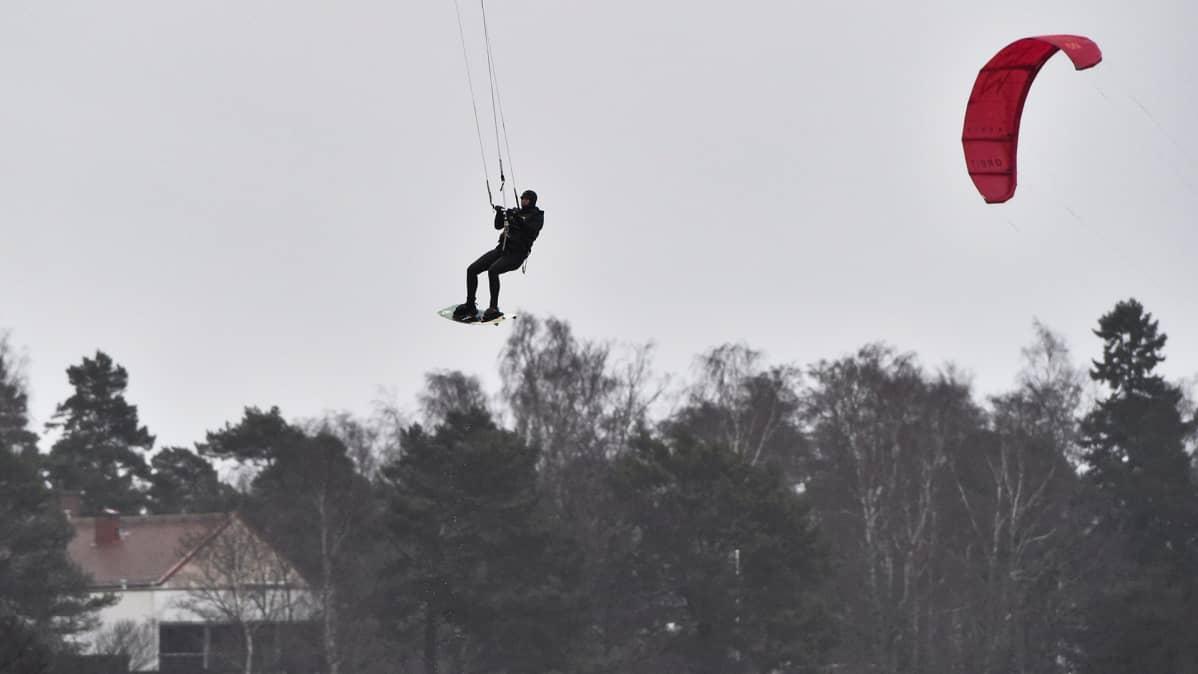 Leijalautailua kovassa tuulessa Lauttasaaren edustalla Helsingissä 22. helmikuuta.