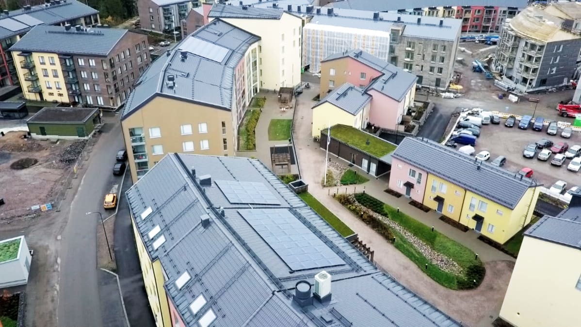 Kuninkaantammen keskustassa katot ovat peltiä, mutta pihoilla ja lähiympäristössä on sadevesia imeviä ja varastoivia viherrakenteita.