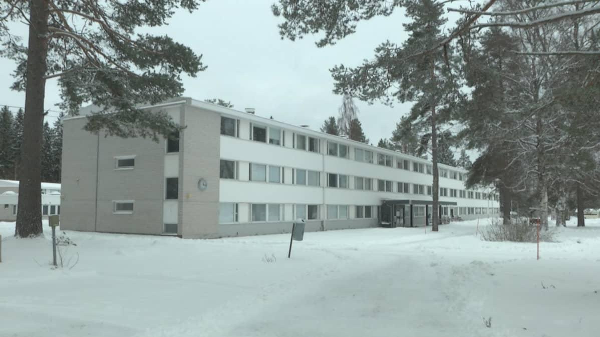 Paiholan vastaanottokeskuksen rakennus talvella.