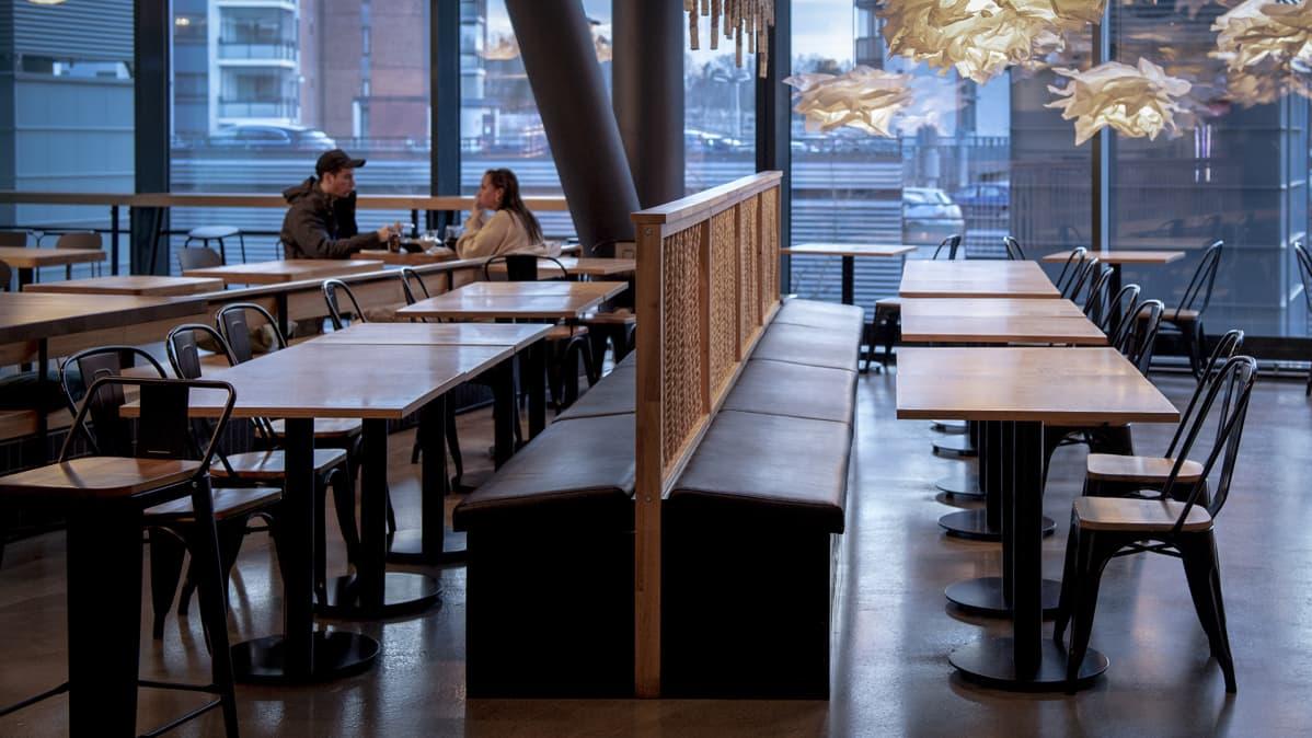Vain yksi pariskunta syömässä ravintolassa Espoon Isossa Omenassa.