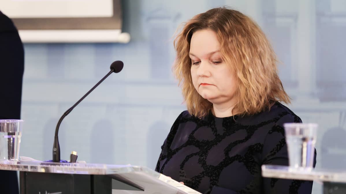 Krista Kiuru hallituksen infotilaisuudessa 1. huhtikuuta.