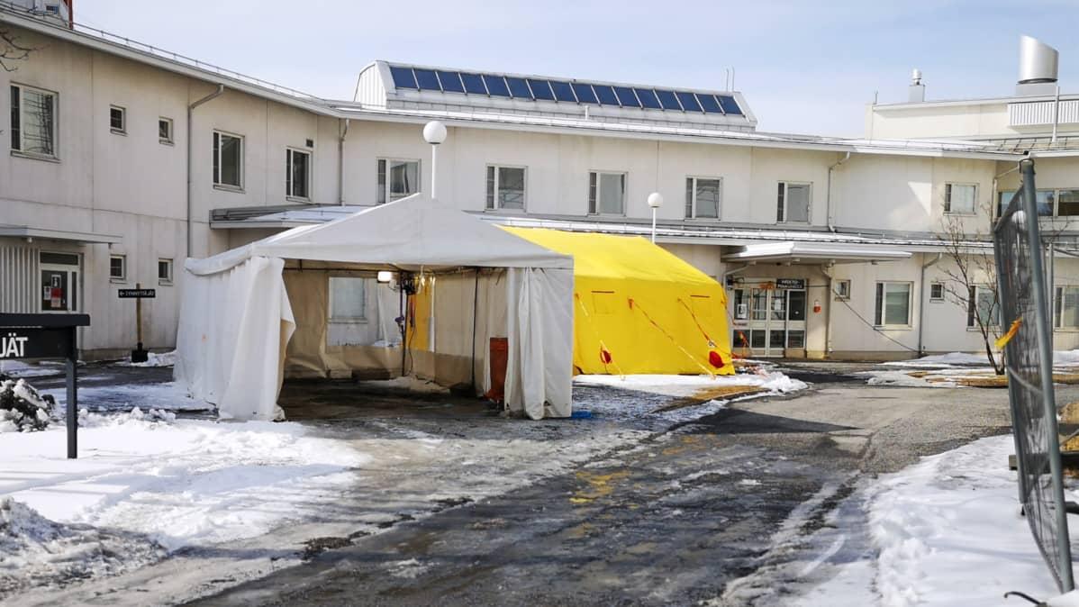 Telttoja Länsi-Pohjan keskussairaalan pihalla koronatestauksia varten.
