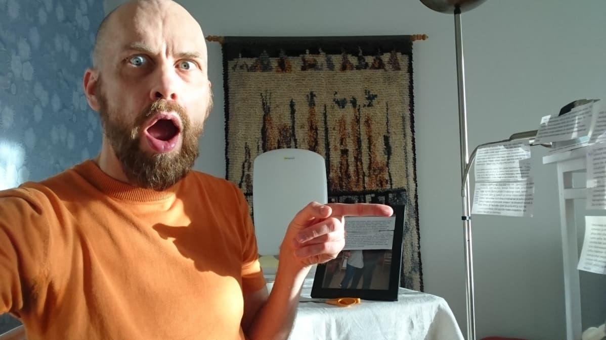 Näyttelijä Jussi Johnsson käytti kukkapöytää kameratelineenä, valaisun hoiti kirkasvalolamppu. Raisa Vattulainen ohjasi etänä Satu Rasilan tekstin.