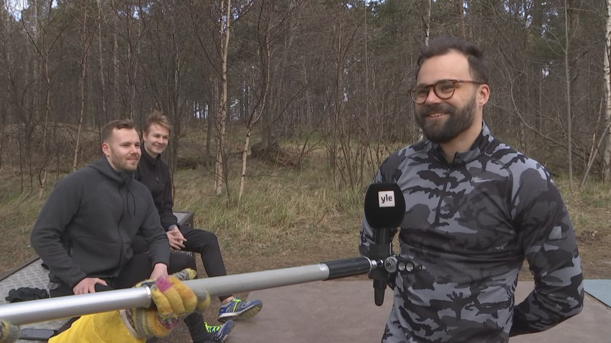 Niki Leskinen kuntoilupaikalla Mustikkamaalla