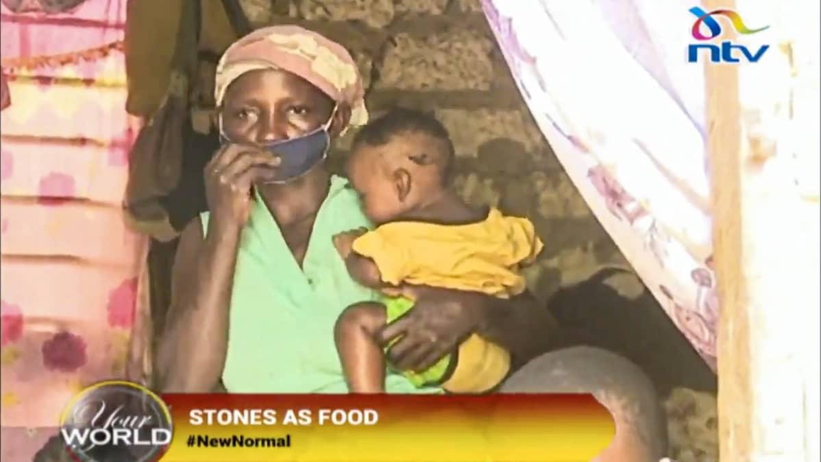 Kuva kiviä hämäykseksi keittäneestä kankaisella kasvosuojaimella varustautuneesta äidistä Peninah Bahati Kitsaosta pitelemässä lasta sylissään. Kuvankaappaus NTV Kenyan Twitter-kanavalta. Ruudussa tekstit Your World, Stones As Food ja NewNormal.