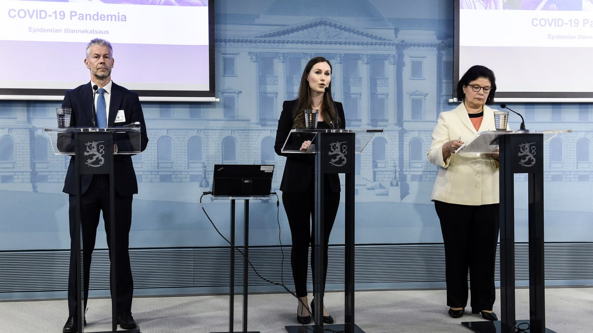 Ylilääkäri Taneli Puumalainen THL:stä (vas.), pääministeri Sanna Marin ja STM:n strategiajohtaja Liisa-Maria Voipio-Pulkki pitivät tilannekatsauksen hallituksen hybridistrategiasta ja koronavirustilanteen mallinnuksista Helsingissä 15. toukokuuta.