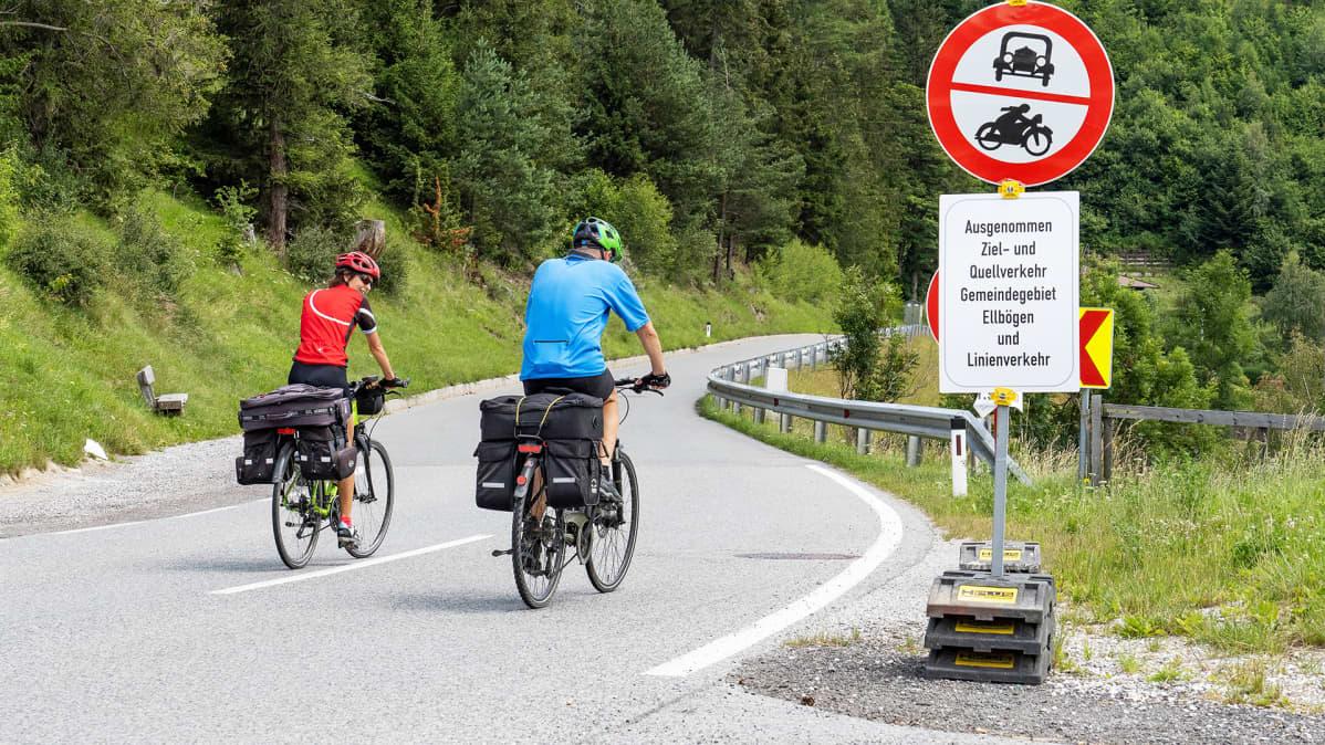 Pyöräretkeilijöitä Tirolissa Itävallassa.