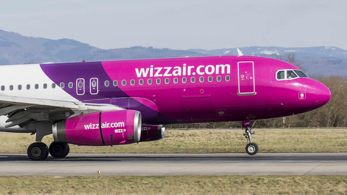 Wizzairin lentokone laskeutumassa Baselin lentokentälle 8. huhtikuuta 2020.