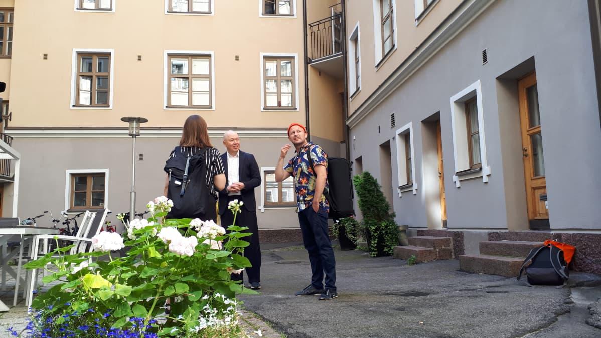 Marko Ahtisaari ja Niko Kumpuvaara suunnittelevat viikonlopun keikkoja Helsingin Tapahtumasäätiön viestintäpäällikkö Laura Gottlebenin kanssa.
