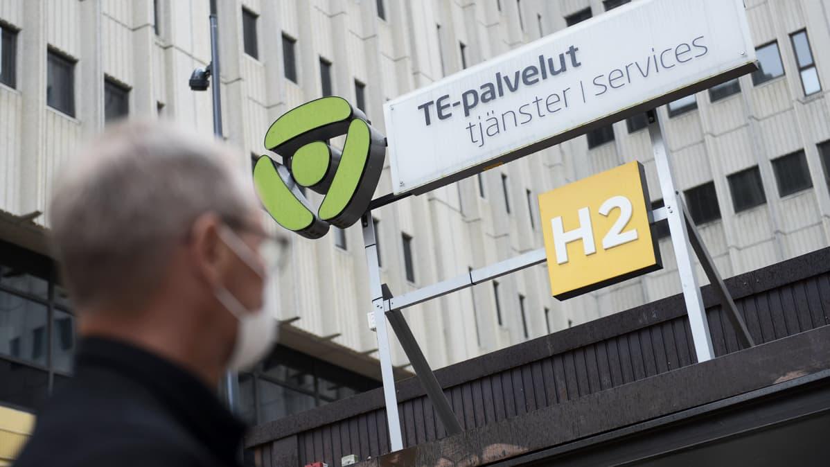 Asiakas menossa Helsingin Työllisyyden palvelutorille Pasilan TE-toimistoon