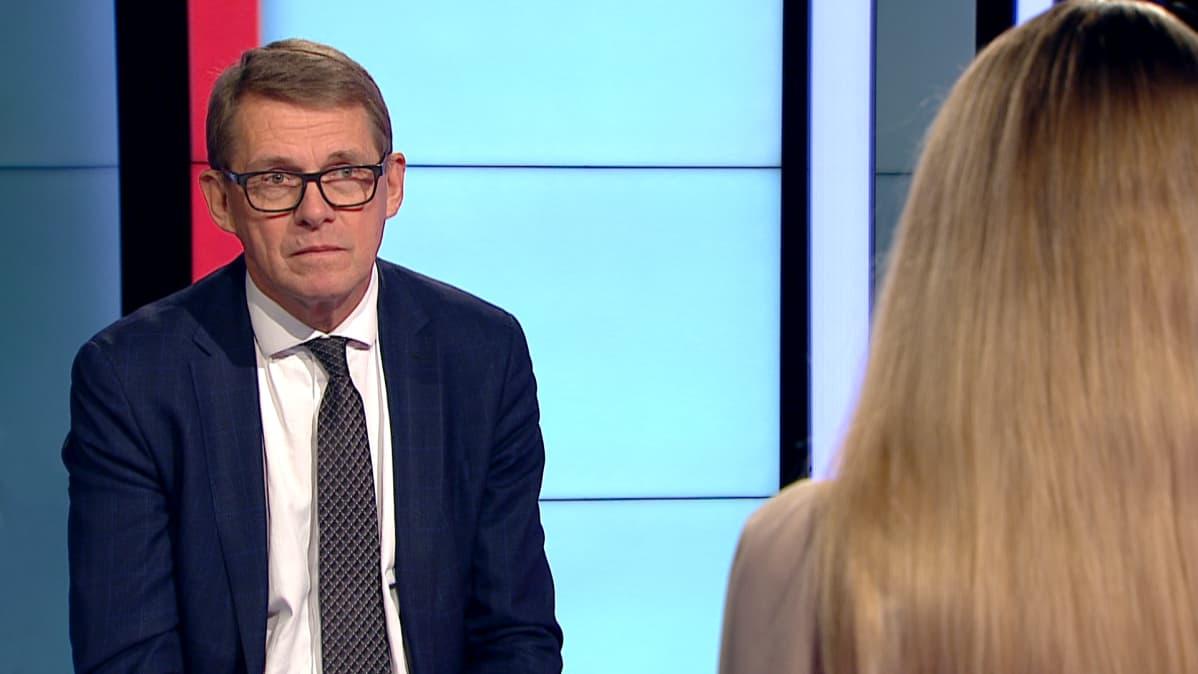 Valtiovarainministeri Matti Vanhanen (kesk.) sanoo Marja Sannikan haastattelussa huomanneensa, että monet yrittävät hivuttaa EU:ta vähitellen kohti liittovaltiota kriisien kautta. Tätä ei pidä Vanhasen mukaan hyväksyä.