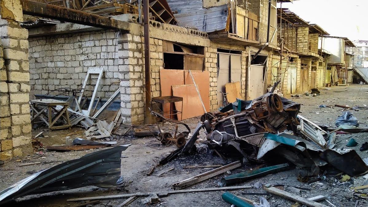 Stepanakertin keskustassa on rakeetti-iskuissa pahasti tuhoutuneita asuintaloja. Väestöstä suurin osa on paennut Armeniaan.