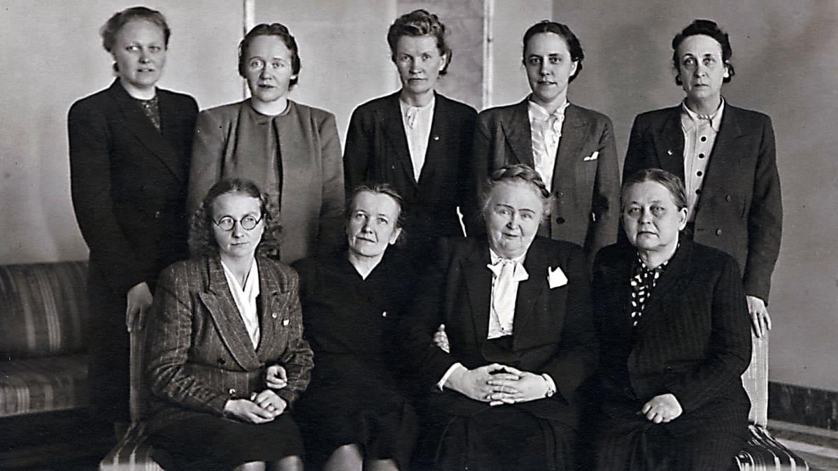 Naisia ryhmäkuvassa