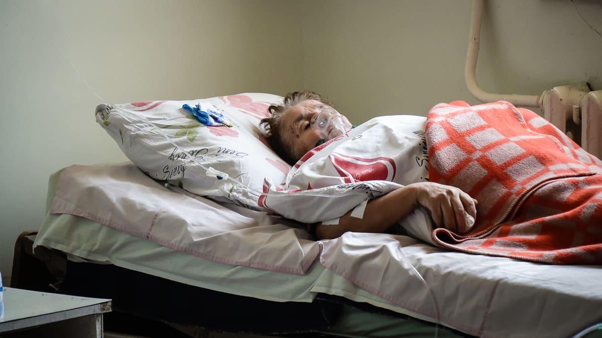 Hengityslaitteita on vain muutamia. Potilas saa käyttää laitetta vain hetken ennen kuin se siirretään seuraavalle potilaalle.