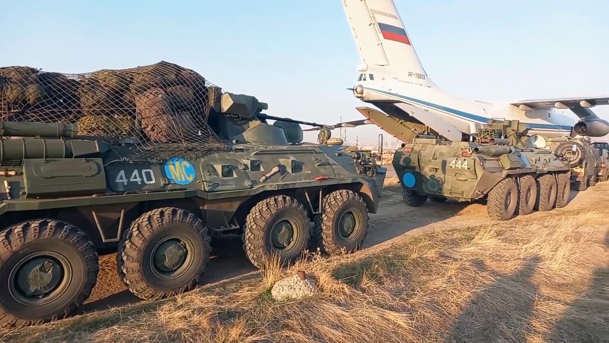 Panssaroituja miehistönkuljetusajoneuvoja puretaan Il-76 -rahtikoneesta Erebunin lentotukikohdassa Jerevanin lähellä Armeniassa.