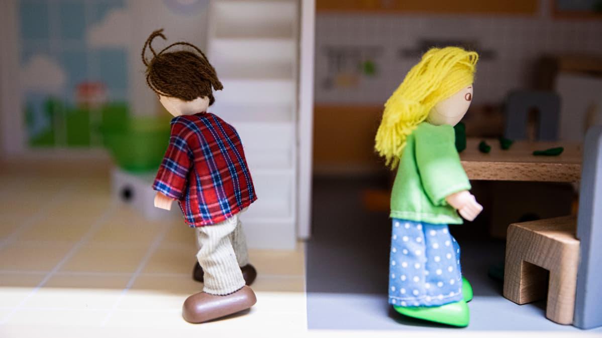 Nukkekodin nuket eri suunnissa.