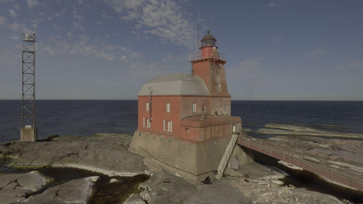 Kallbådan majakka, oikealla kuvassa kävelysilta majakkaan ja vasemmalla masto.