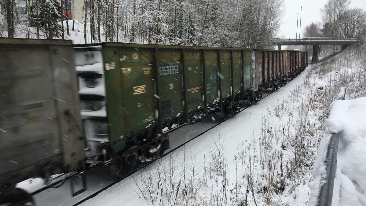 Hiilijuna puksuttaa Vainikkalasta Hankoon tällä hetkellä kerran päivässä. Satamaoperaattori hakee kasvua liikenteeseen.
