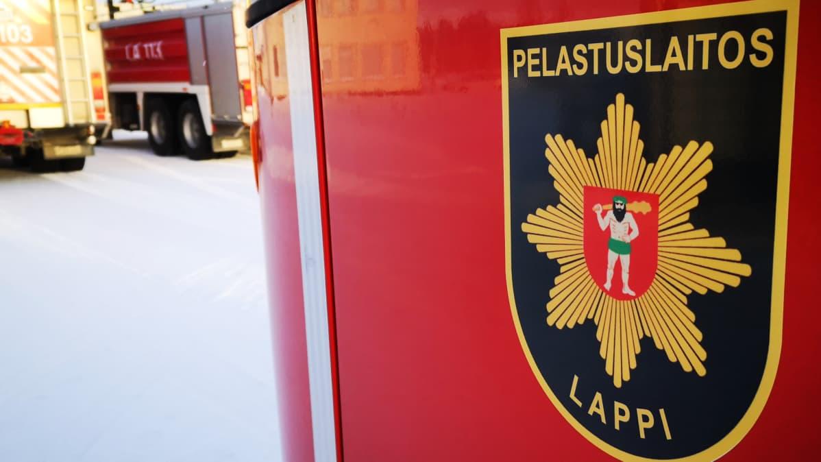 Paloautoja talvisessa maastossa.